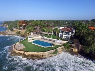 Ultra-Luxe Oceanfront Estate, Fully Staffed, Huge Pool, Jacuzzi, AC, Wifi