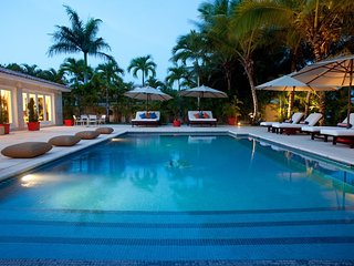 Contemporary Open-Space Marina Villa, Huge Pool, Fully Staffed incl. Cook, AC