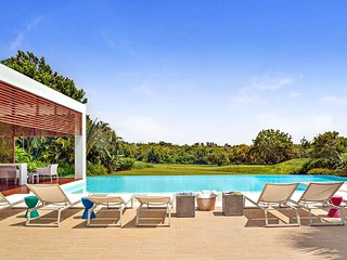 Modern Villa on Huge Estate, Infinity Pool + Jacuzzi, Full Staff including