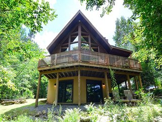 Pinnacle Perch is a fantastic cedar chalet harboring a host of fabulous