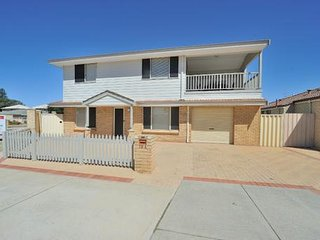 2 Story beach house, 3 bed / 2 bath, study, balcony, fully furnished.