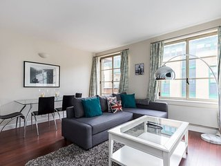 Spacious 2 Bed in Tower Bridge w/ Balcony