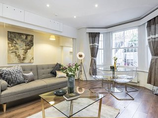 Designer 2 bed 2 bath 3 min walk to Earl's Court