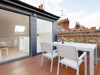 Barons Court Lodge IV apartment in Hammersmith with WiFi & private terrace.