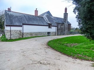 MUDGEON COTTAGE, on a working farm, woodburner, four poster double, Helford, Ref 945132