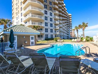 Luxurious oceanfront condo w/ shared pool and hot tubs - snowbirds welcome!
