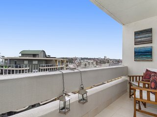 Manly Sunrise-Elevated apartment in center of town, Varonil