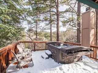 Treetop Hideaway, 3BR, 2BA Remodeled Bear Lake House w/Hot, Big Bear Region