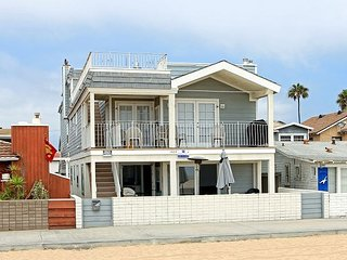 Newly Renovated Triplex, Ocean Front, Private Balcony, Views, BBQ ! (68166)