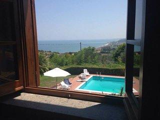 Panorama sulla piscina e sul mare da una delle camere al primo piano