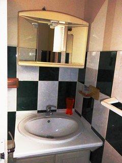 Lavabo de la salle de bains, armoire miroir avec sèche cheveuxi
