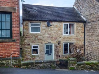 WILLOW VIEW, flexible bedrooms, woodburner, WiFi, near Eyam, Ref 940662