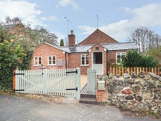 KITTS COTTAGE, single-storey, king-size bed, woodburner, garden, in Little Malvern, Ref 942032