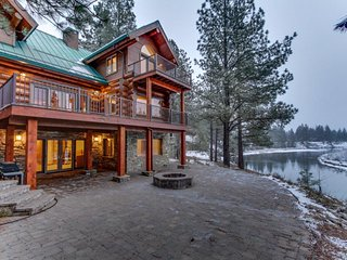 Luxurious riverfront home with jetted tub, Ping-Pong, gorgeous kitchen!, La Pine