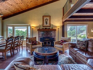 Secluded  home w/ loft, private hot tub, and oceanview - close to the beach, Fort Bragg