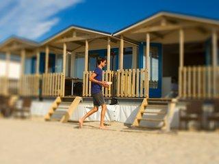Strandhuisjes direct op het strand met uitzicht op zee