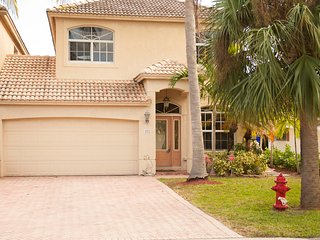 YOUR BEACH HOME! Large heated pool. 2 blks to beach, pier, restaurants and shops