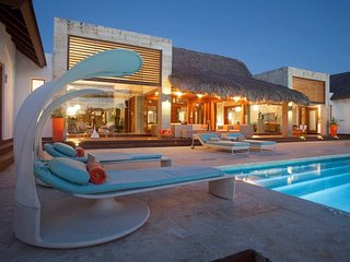 Modern Design Villa, Ocean Views, Huge Infinity Pool & Jacuzzi, Full Staff