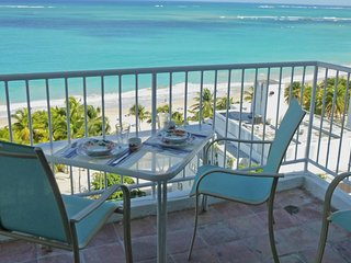 Fantastic Beach at Your Feet -Steps from Casinos, Isla Verde