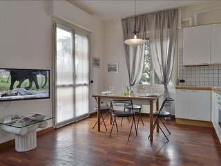 Modern flat with private parking in residential area
