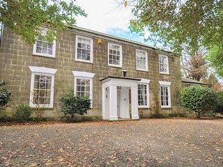 COPPER HOUSE, spacious, six bedrooms, piano, near Falmouth, Ref 924303