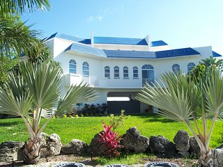 Seaside Sanctuary 5 Bedroom Private Pool Home with dockage