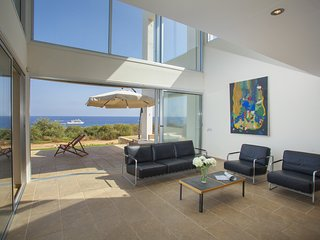 Protaras Villa Nireas, Seafront, Modern and Luxury, WiFi, Near to the Center