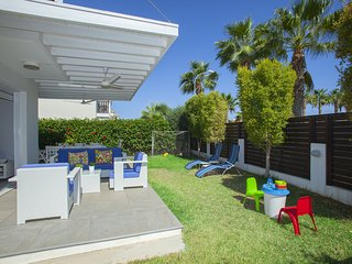 Protaras Villa Pasion, 3 min walk to Pernera Beach, New and Modern, WiFi