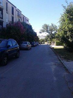 free parking next to the building, always available-besplatni parking uz zgradu
