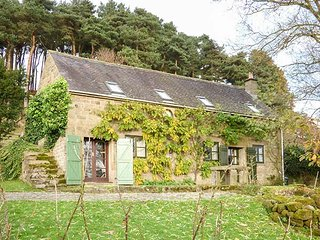 SPOUT COTTAGE, pet friendly, character holiday cottage, with pool in Gratton