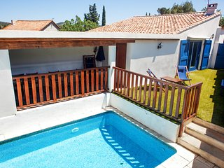 4-bedroom, 20th-Century Mediterranean house with a pool and two gardens – 30 minutes from the sea!, Cascastel-des-Corbières