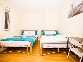 Large 4 Bedroom House In Bethnal Green Sleeps Up To 8 People (CBT), London