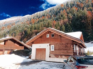 Cozy modern Chalet in the heart of the mountains 5 min drive from the center