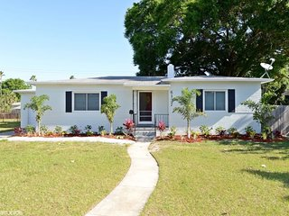 Burlington House | 3 miles to the beach, gorgeous, updated, and private home with great backyard, San Petersburgo