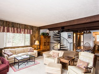 Spacious Fox Hill 4 Bedroom Condo Between Town & Mountain, Stowe