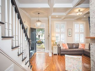 Stay Local in Savannah: Cozy home on famous Jones St. in Historic District