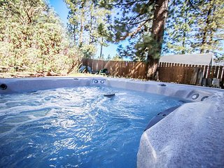 Great Location! Close to LAKE & VILLAGE.  Private HOT TUB