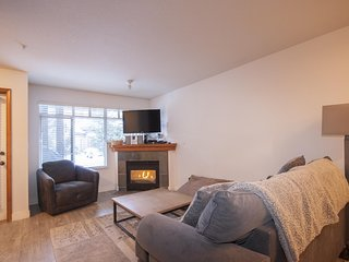 'Sunpath' Stylish 2 bedroom w/ pool & hot tub access steps from the Village!