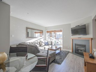 'Glaciers Reach' Modern 2 BR w/ private hot tub steps from the Village!