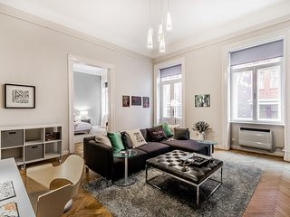 Luxury, Style, Splendour, Theatre District - 2 bedroom, balcony - Knight's Seven