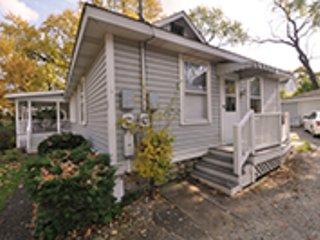 The Bay House - 1/2 block from Geneva Lake