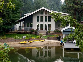 Harbor Island, waterfront paradise close to town with sandy beach, Coeur d'Alene