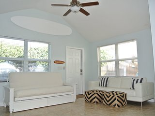 Beach House East of A1A, Private Hot Tub, 2 Bicycles, Surfboards, Outdoor Oasis, Boynton Beach