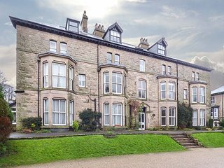 FLAT 13 SANDRINGHAM COURT, third floor apartment, contemporary, WiFi, short walk from town, Buxton, Ref 950208