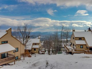 Ski-in/ski-out home w/ seasonal pool, sauna, perfect for large families!