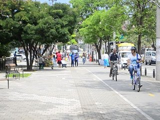 Stay in a neighborhood with Paisas, Close to all, free bikes!