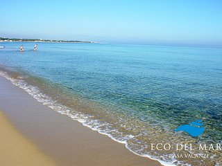 The sandy beach in front of the holiday home 'ECO DEL MARE'.