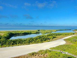 Beachfront condo w/ heated pool & dazzling panoramic ocean view