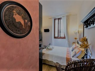 Beautiful  private bedroom with gorgeous private bathroom in a florentine loft, Florencia