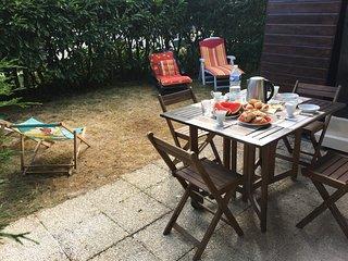 2 Pieces trés calme avec  rez de jardin 5 mn de la plage, Deauville